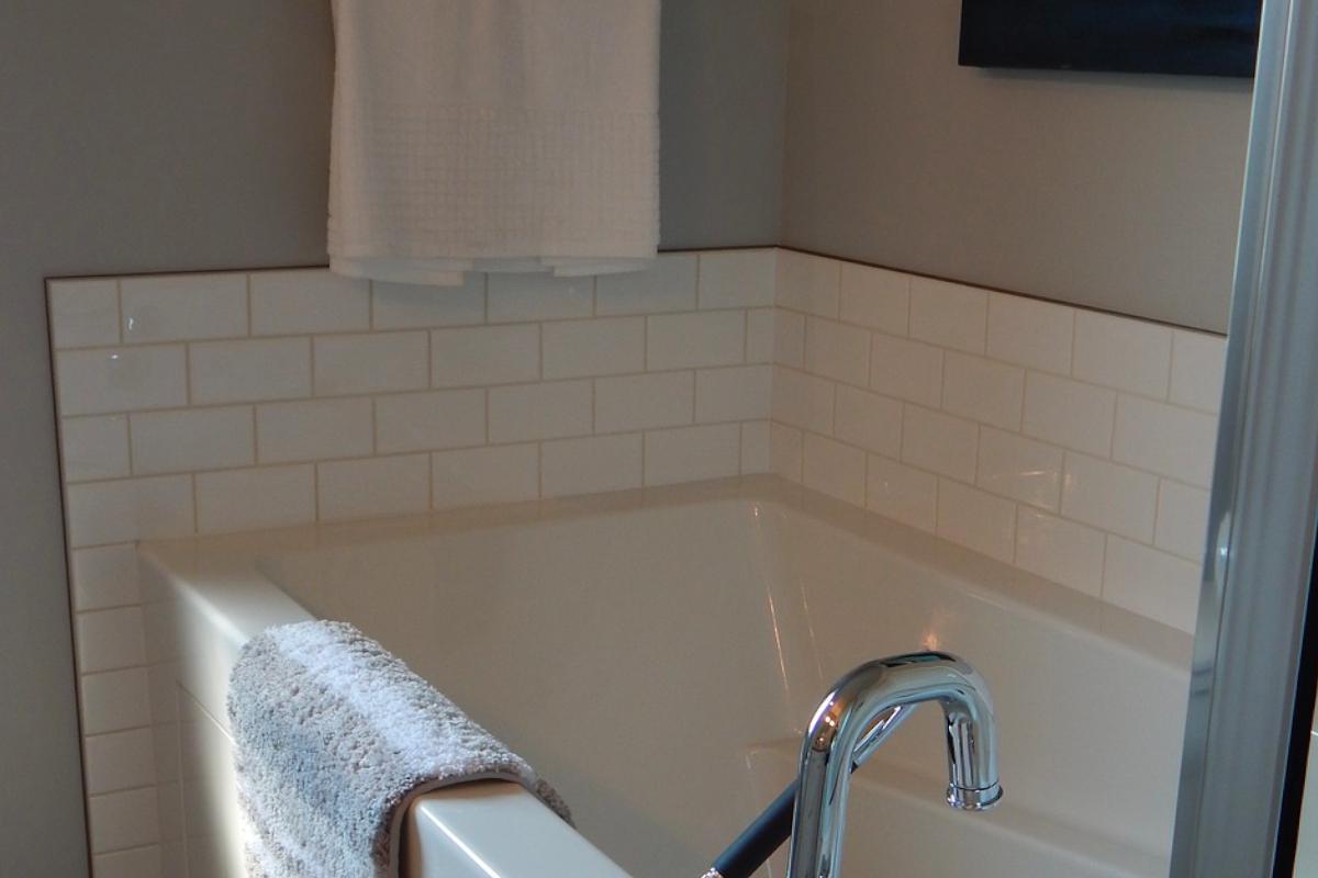 Comment nettoyer les joints en silicone de la salle de bain ?